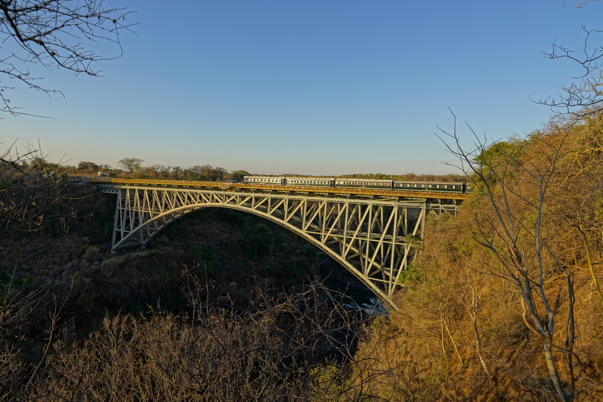 Victoria Falls Bridge mit Royal Livingstone Express